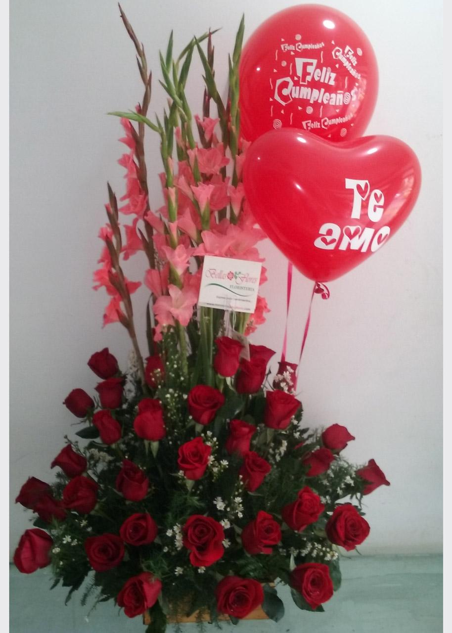 Arreglo Triángulo Rosas Rojas Bellas Flores